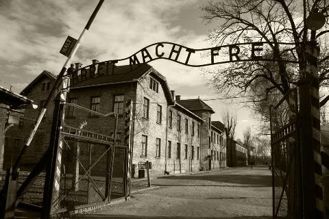 """Dette er inngangsporten til Auschwitz 1. """"Arbeith macht frei"""" betyr """"Arbeid gjør deg fri."""